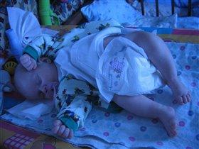Доченька спит.