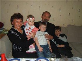 Дедушка и бабушка с внуками.