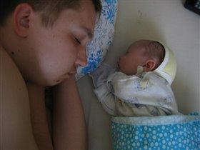 Спят усталые папульки, дочки спят...