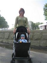 С мамой у фонтана