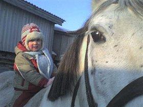 Прогулка дочери на лошади.