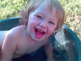 Жарко -  мы купаемся, маме улыбаемся