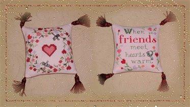 И вот она - моя сердечковая подушечка с фирменными Ириными кисточками :).
