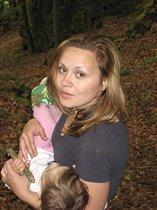 мама по лесу идёт, дочку на руках несёт