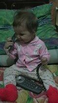 Викуша с телефоном