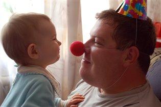 Папа клоун, что ж такого?!!!!Я его таким люблю!!!