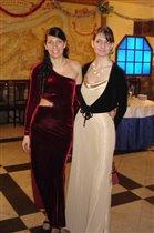 Две дамы в вечерних платьях.