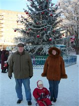 Ёлка, Степка и дед! и исхудавшая мать семейства в ждинсах уже оччч больших:)))