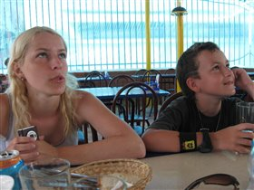 Дети (смотрят футбол) в летней кафешке на юге.
