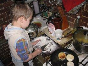 Помогу маме, приготовлю сырники.