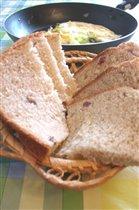 ржано-пшеничный, с сырокопчёной колбаской и сыром:)