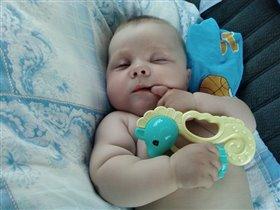 Баю-баю-баиньки, спит мой мальчик маленький