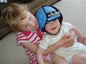 сестра с братиком играют :)
