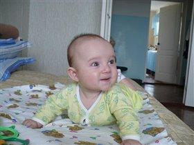 Как мама здорово пляшет :) Арсюне 5 месяцев