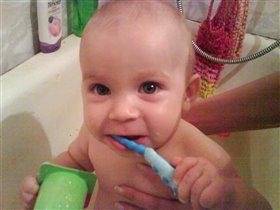 Виталя чистит первые зубки (7 мес.)
