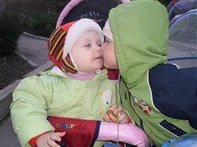 мой первый поцелуйчик))