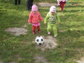 Маленькие футболистки.