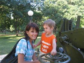 С мамой в парке...