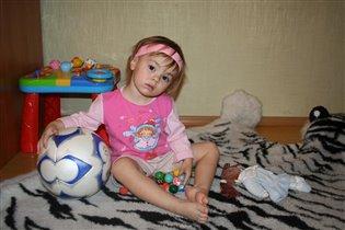 Девчонка с мячиком.