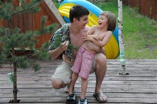Папа и дочка поймали смешинку