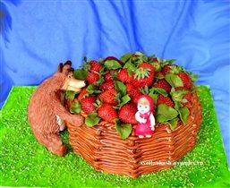 Торт Маша и Медветь с лукошком клубники
