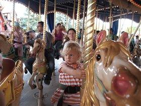 Сашка на карусели в Диснейленде, а за ней я:)