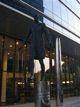 Скульптура возле зданий Европейской комиссии