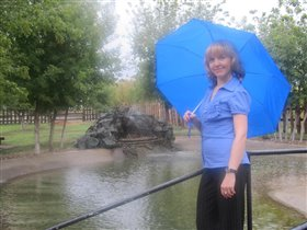 В спорт-парке с зонтом