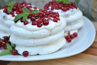 Пирожное-безе с красной смородиной