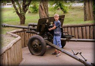 Как же все мальчишки любят оружие.