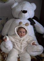 Вероника с любимым медвежонком.