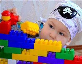 Мы конструктор собирали и в пиратиков играли...