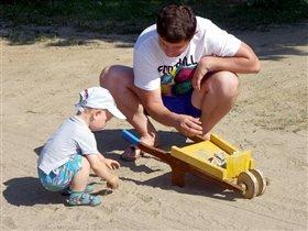 С папой весело играть! Любит он изобретать!