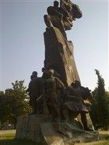 Влёра, снова памятник героям