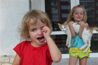 Мои детки играют с кисой
