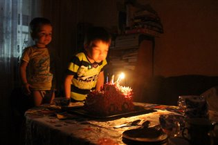 Без брата даже свечи не задуть!