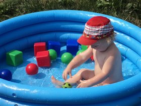 Я  купаюсь и водичкой наслаждаюсь.