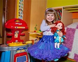 Дочка с любимой куклой