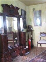 Резное зеркало Анны Гавриловны в спальне