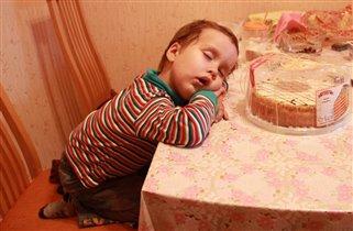 Брат будит спящую сестру