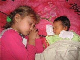Спим-поспим вдвоем с сестренкой