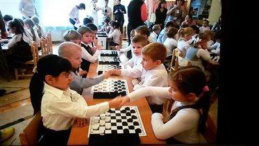 Юные шашисты. Приветствие перед игрой.