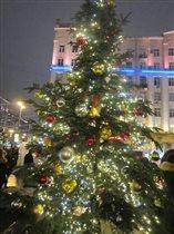 На площади Тверской наряженная ёлка