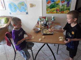 дети делают пироги