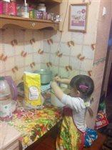 Доча помогает маме делать тесто на блины