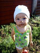 Дариночка на даче, помогает маме садить огород)