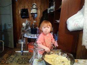 Помагаем маме готовить плов