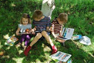 Чтение на свежем воздухе.