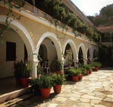 Стены монастырского дворика
