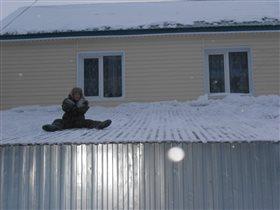 На крыше дома:))